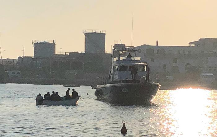 LAMPEDUSA – Barca con 16 migranti arriva in porto