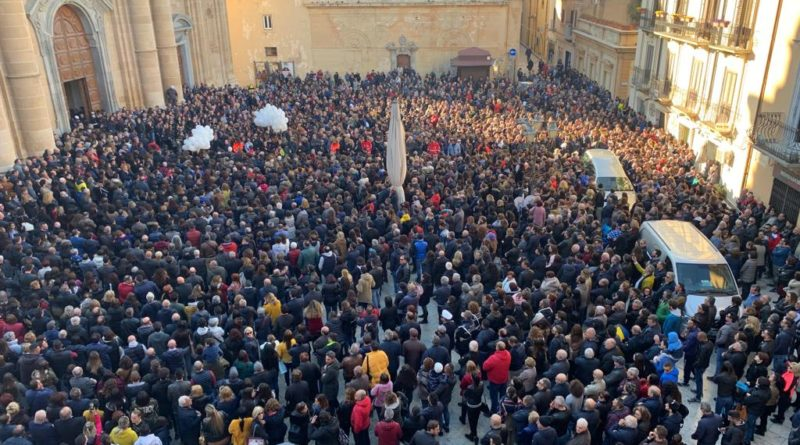 MARSALA – Folla immensa per i funerali di Nicoletta Indelicato