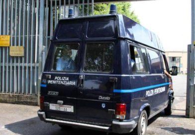 Detenuto evade durante sosta carburante: è caccia all'uomo fuggito a piedi