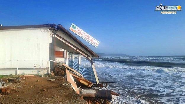 ERACLEA MINOA – Disastro, il mare divora la spiaggia e crolla anche un ristorante[FOTO][VIDEO]