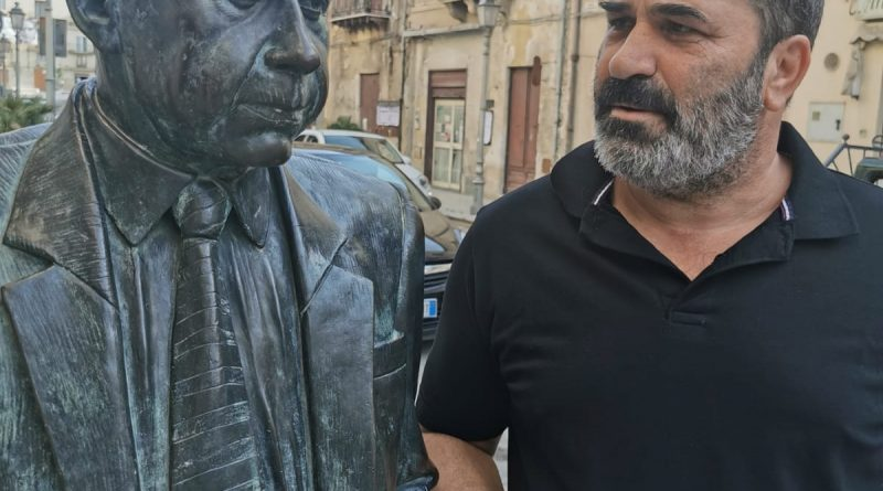 RACALMUTO – Il noto attore Centamore il Piccionello di Makari in giro dalle parti di Sciascia [FOTO]